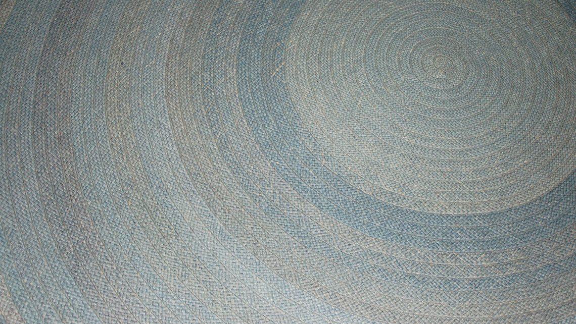 Tapis rond en rafia bleu clair