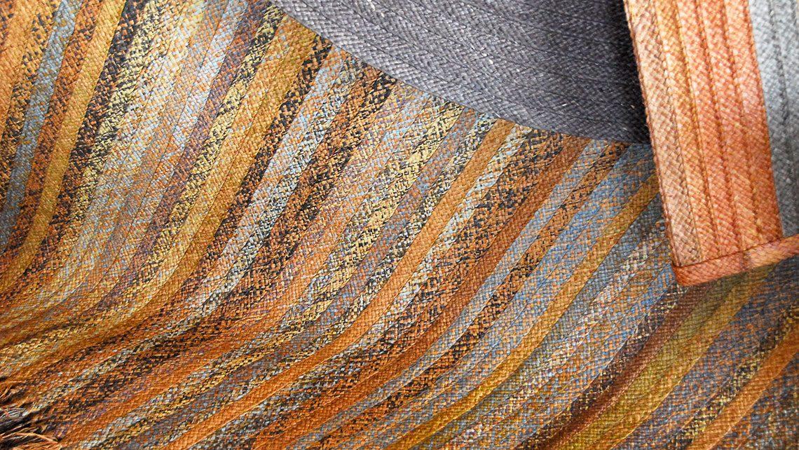 tapis en rafia en fibre naturel blond et bleu