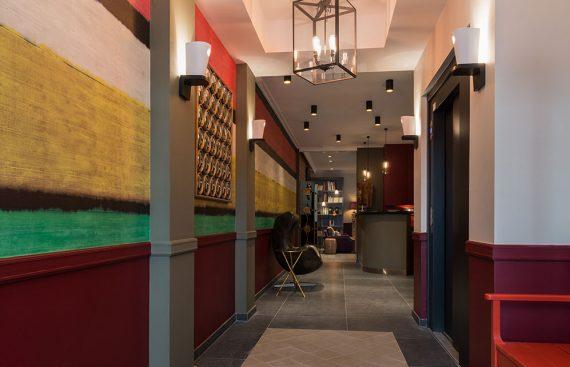 """"""" Créée par le décorateur d'intérieur Stéphane Poux, la décoration de l'hôtel exalte un goût très parisien... """""""