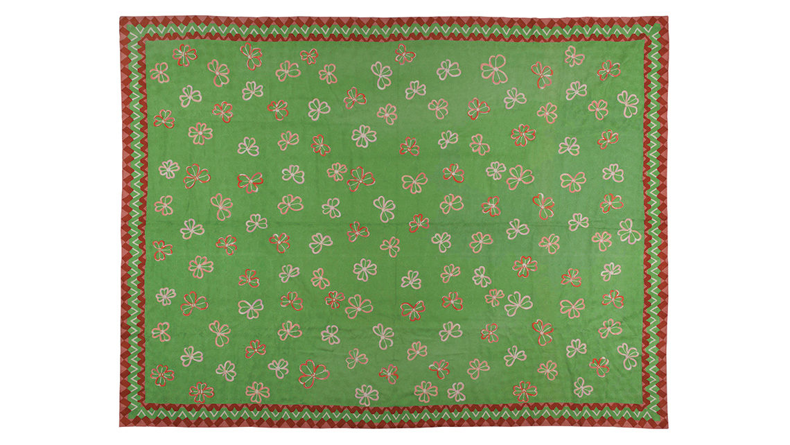 tapis vert aux motifs de fleurs codimat