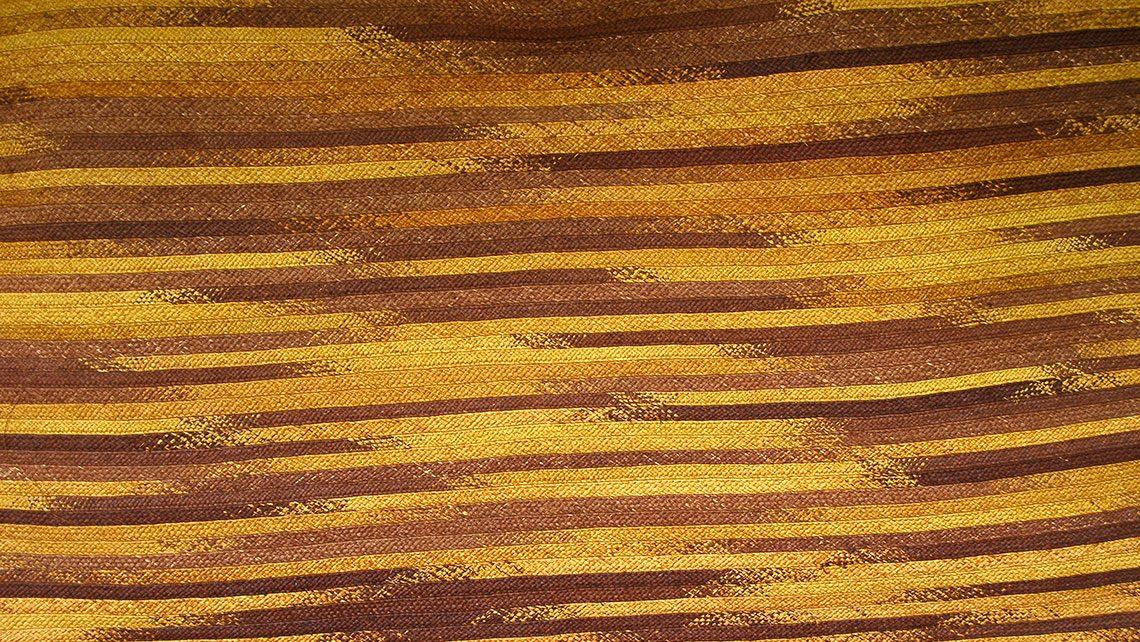 tapis en fibre naturel brun et jaune d'or