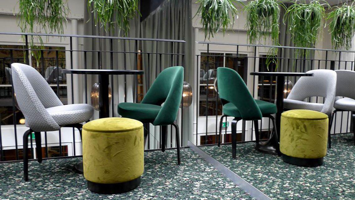 Moquette Madeleine Castaing motif églantines restaurant Daroco
