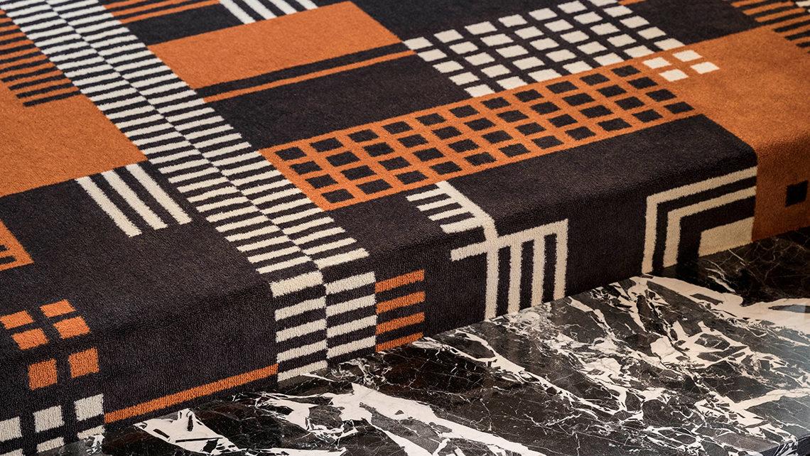 Détail moquette Codimat marron et orange graphique